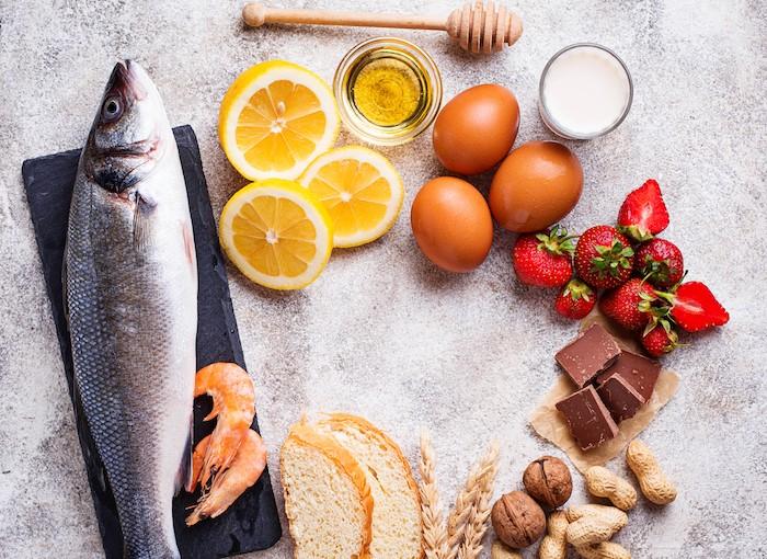 Pojedina alergijska hrana ako se uzima u ranom uzratsu može smanjiti rizik od razvoja alergija, dok njihov ulazak kroz pukotine na koži može povećati ovaj rizik.