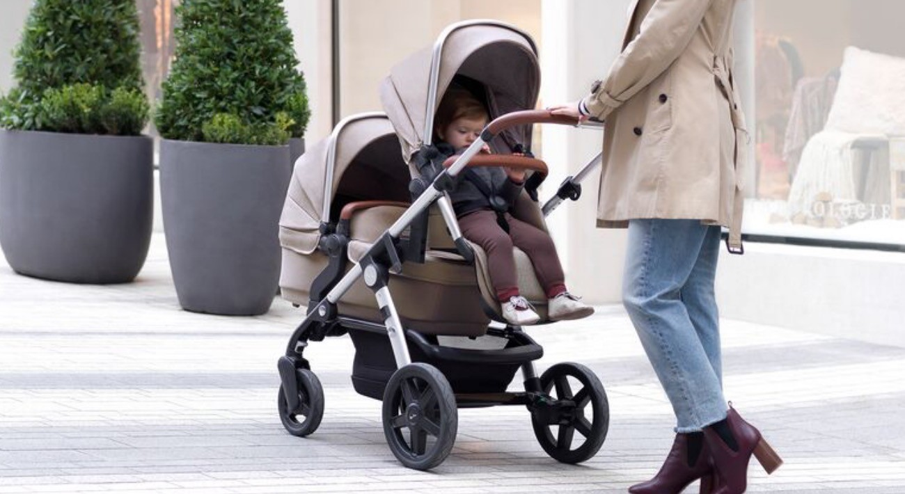 Tandem kolica za bebu i starije dete.